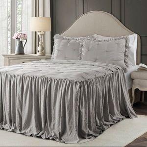 Lark Manor Pintuck Ruffle Bedspread Set Full